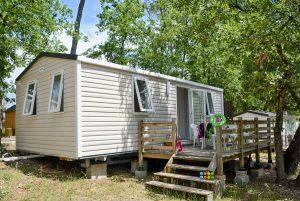 Pour vous faire profiter au mieux du soleil de Fayence, les locations confort du camping Le Parc disposent d'une belle terrasse.